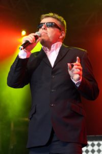 Splendour festival 2009 Wollaton Park Suggs lead singer of Madness on the main stage X190709RCT1-53 Photographer: Bob Thacker